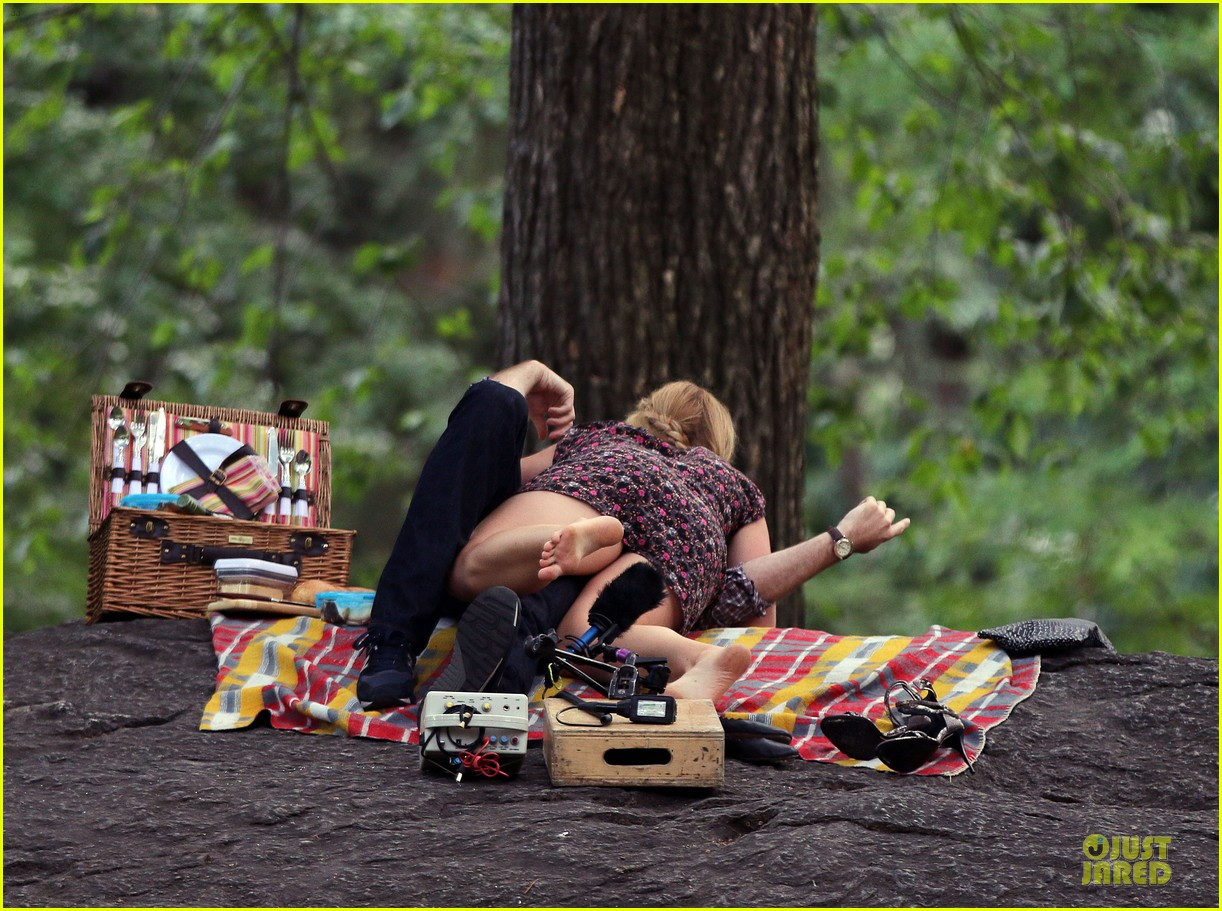 bill hader amy schumer kissing in central park 153145177