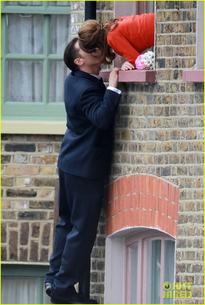 tom hardy shimmies up a drainpipe to woo emily browning 033143177