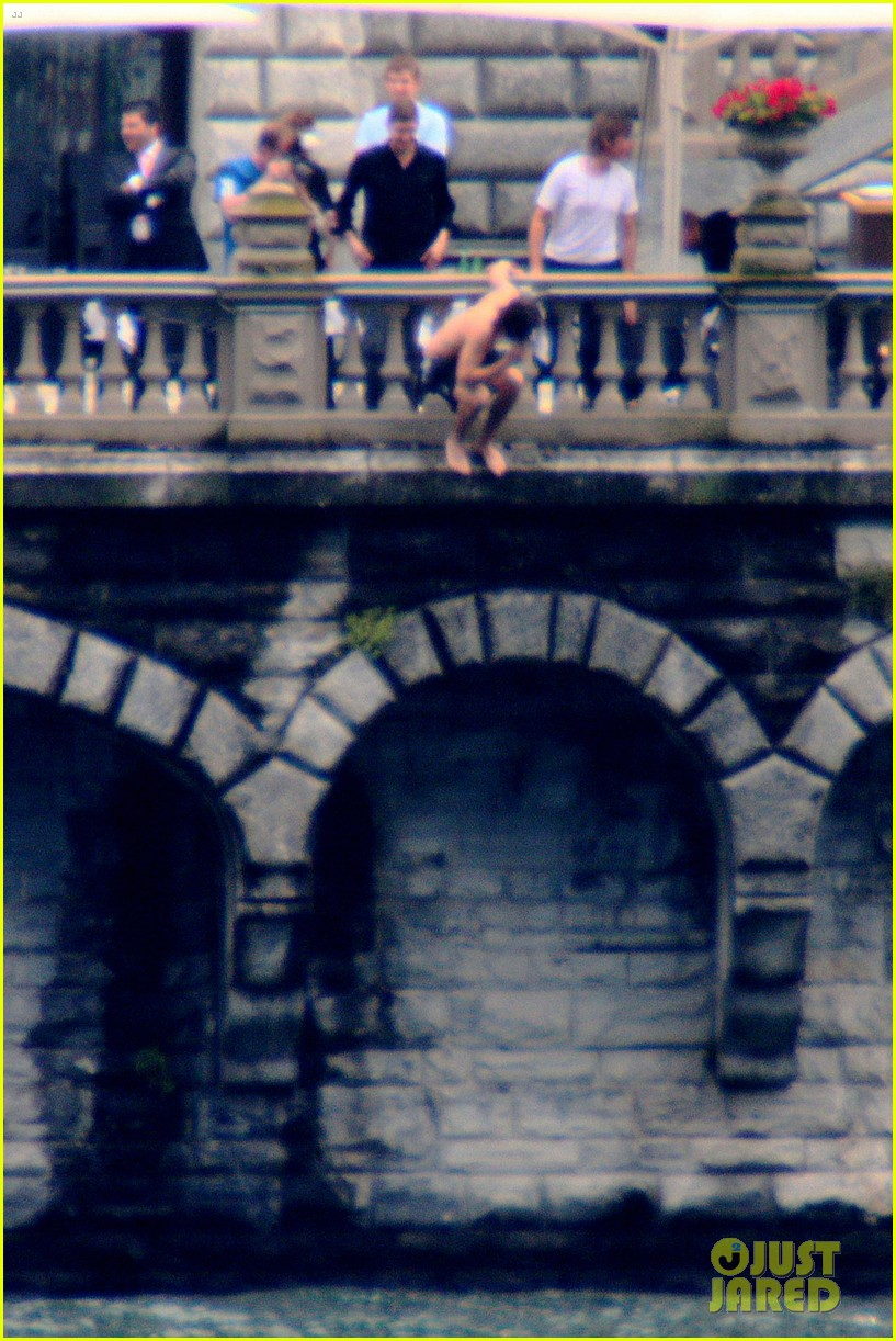harry styles jumps into lake como 063146802