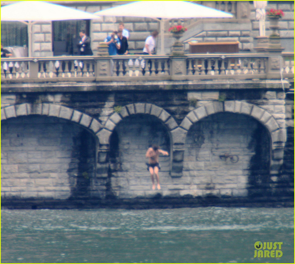 harry styles jumps into lake como 093146805