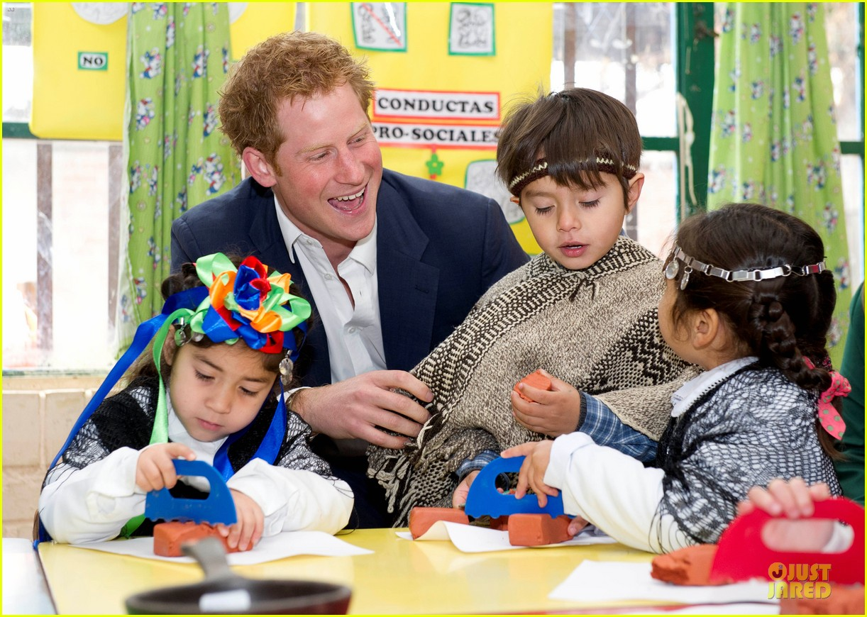 prince harry interaction with toddler is beautiful 093144926