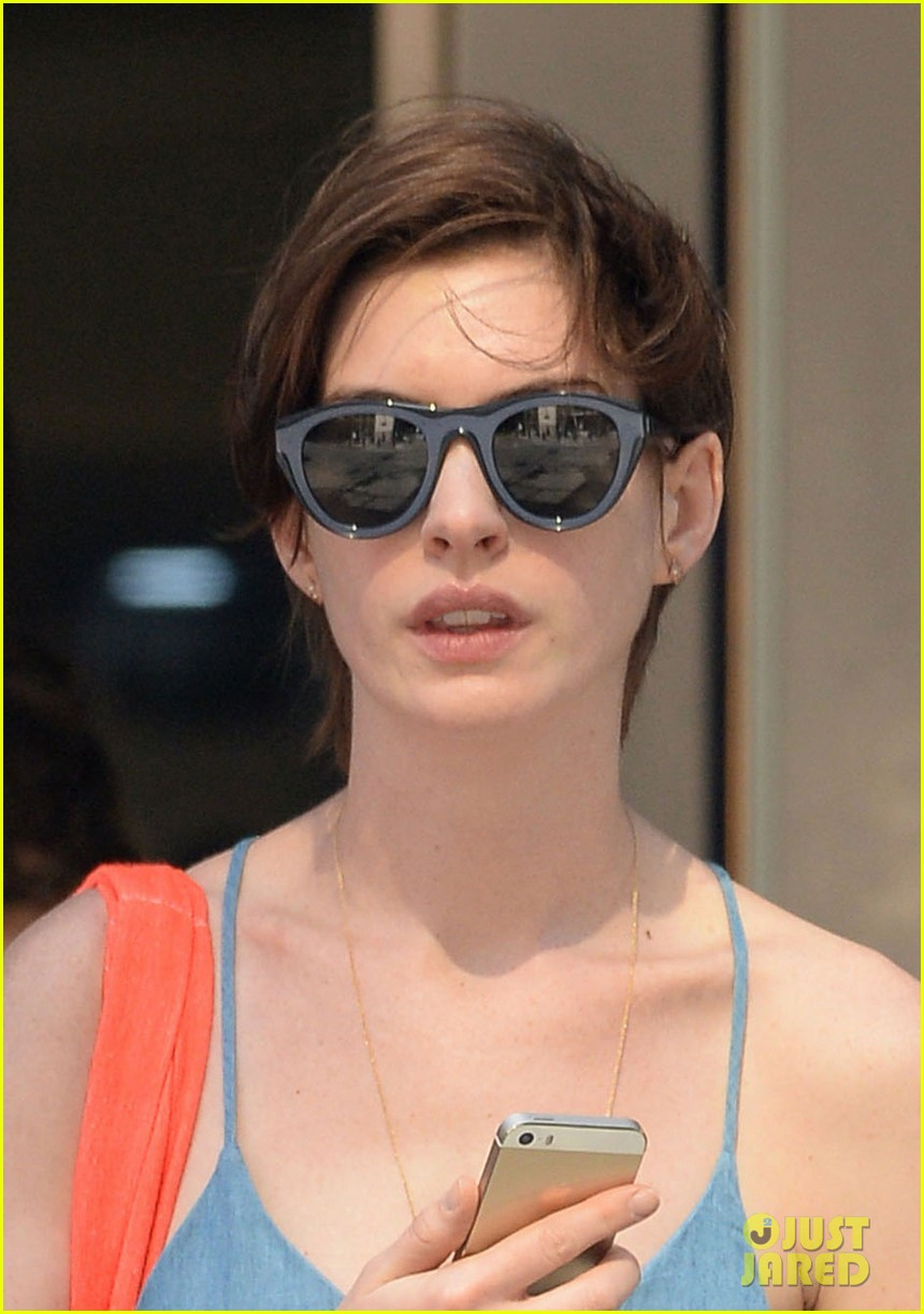 anne hathaway takes a cab ride in nyc 013136289