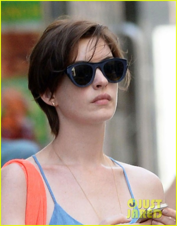 anne hathaway takes a cab ride in nyc 033136291