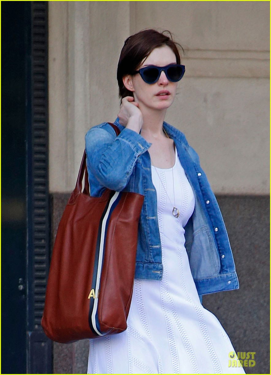 anne hathaway takes intern break to grab coffee 02
