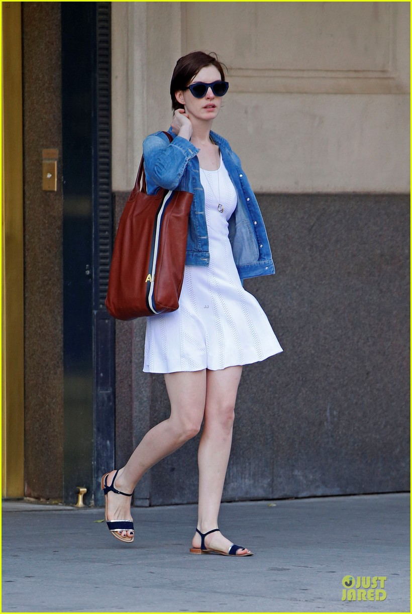 anne hathaway takes intern break to grab coffee 033145194