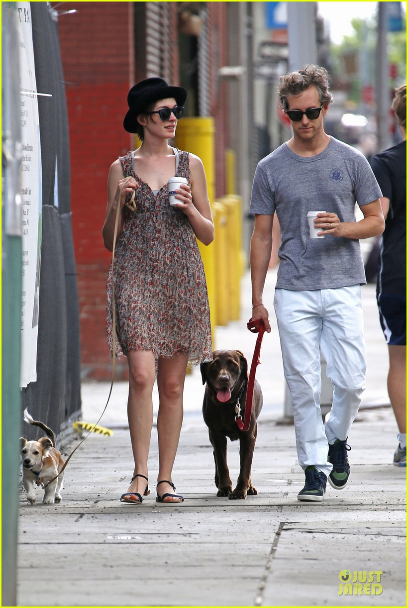 anne hathaway takes intern break to grab coffee 053145196