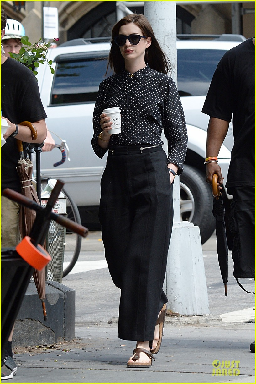 anne hathaway dons long haired wig on the intern 013142760