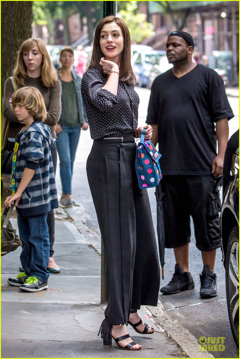 anne hathaway dons long haired wig on the intern 033142762