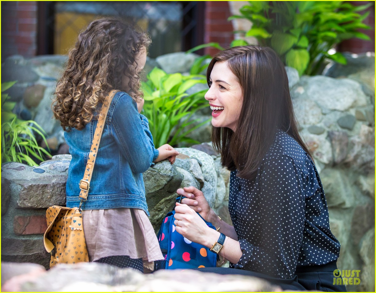 anne hathaway dons long haired wig on the intern 063142765