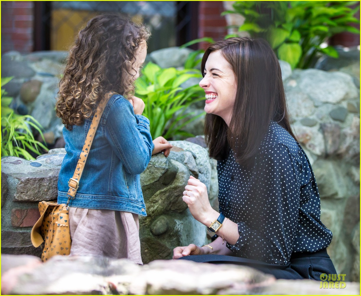 anne hathaway dons long haired wig on the intern 073142766