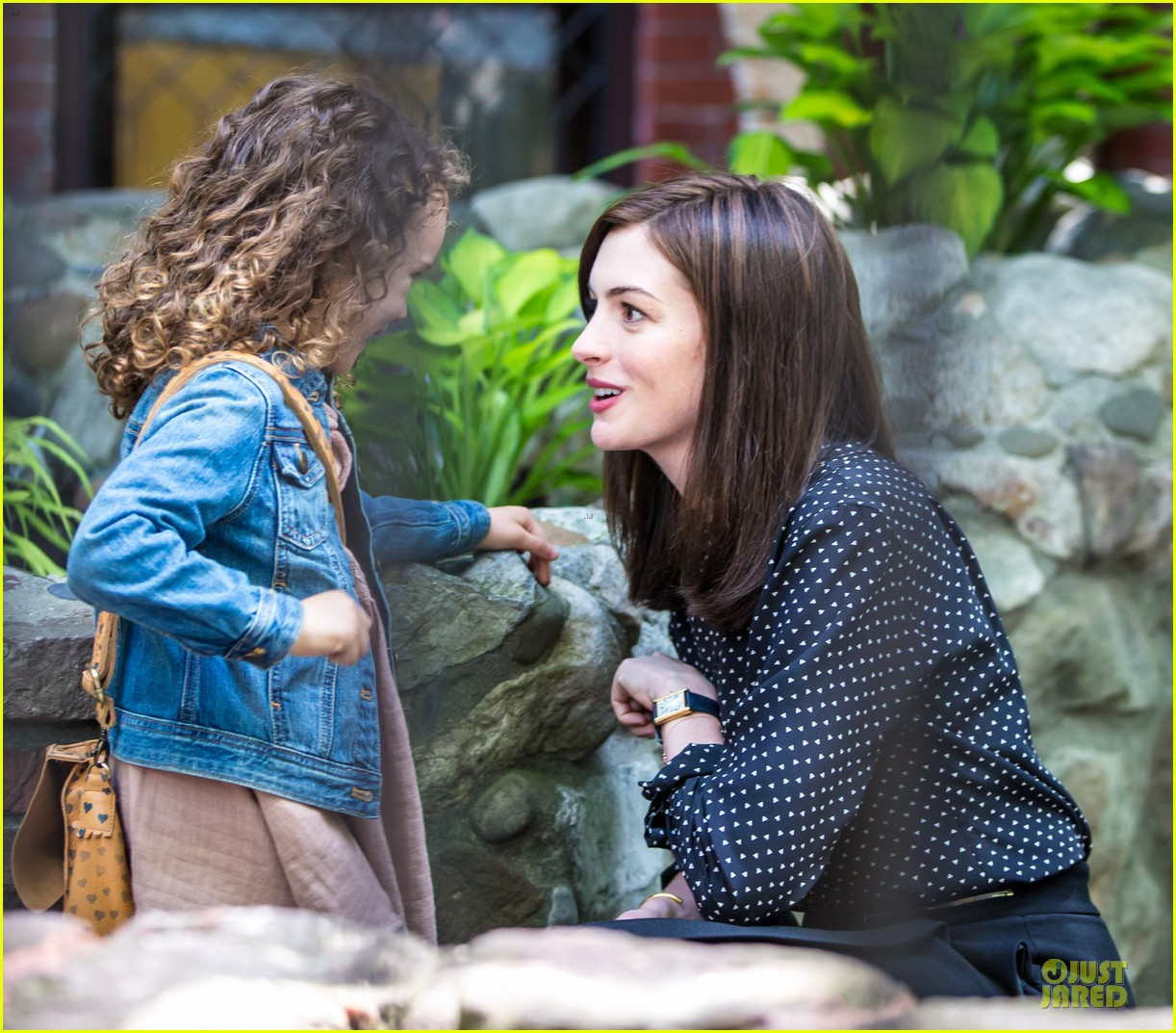 anne hathaway dons long haired wig on the intern 103142769