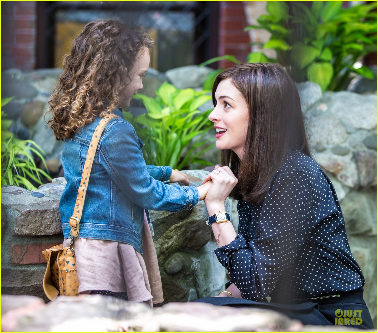 anne hathaway dons long haired wig on the intern 133142772