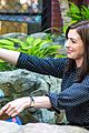 anne hathaway dons long haired wig on the intern 14