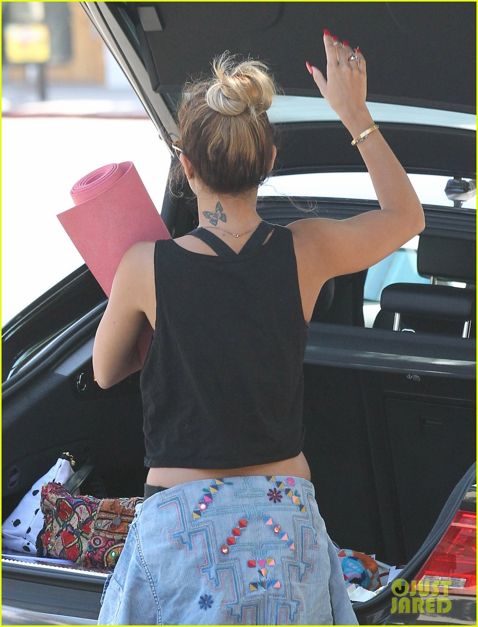 vanessa hudgens covers face after yoga always 083146175
