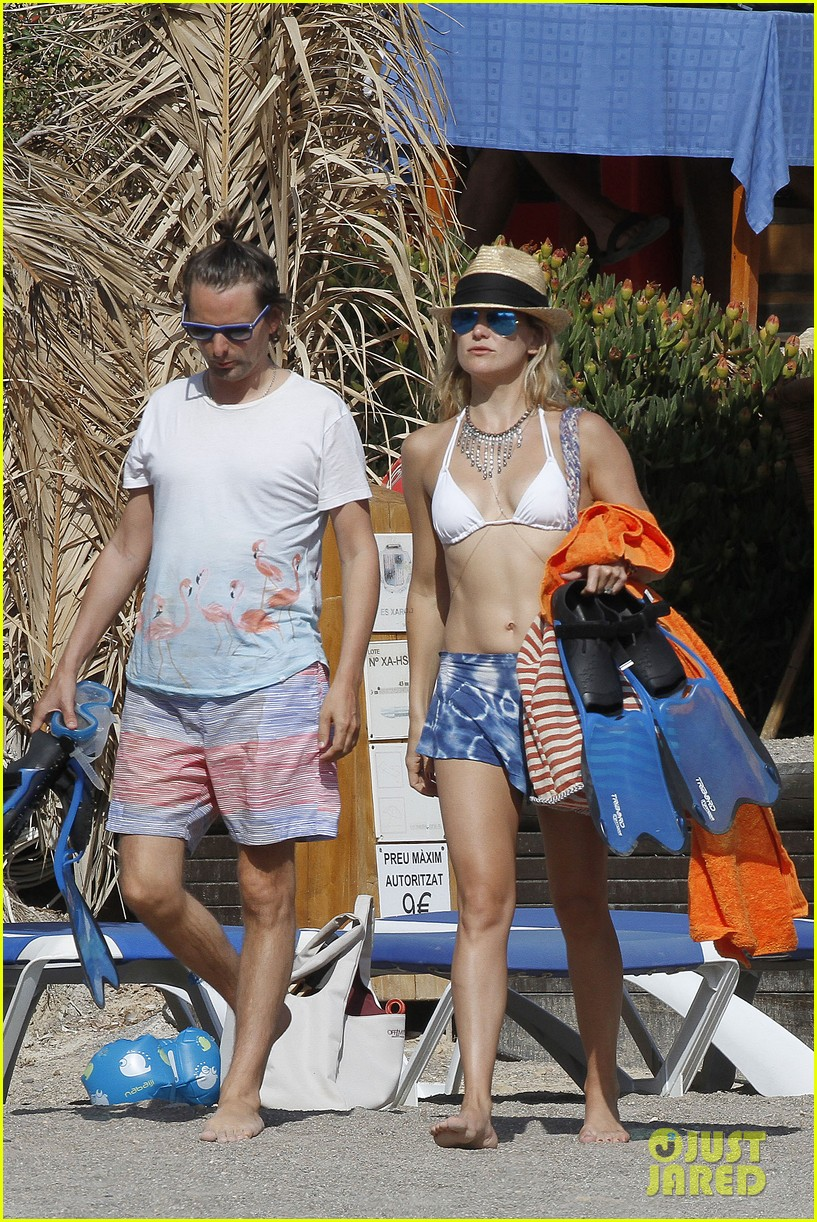 kate hudson shows off amazing abs in ibiza 02