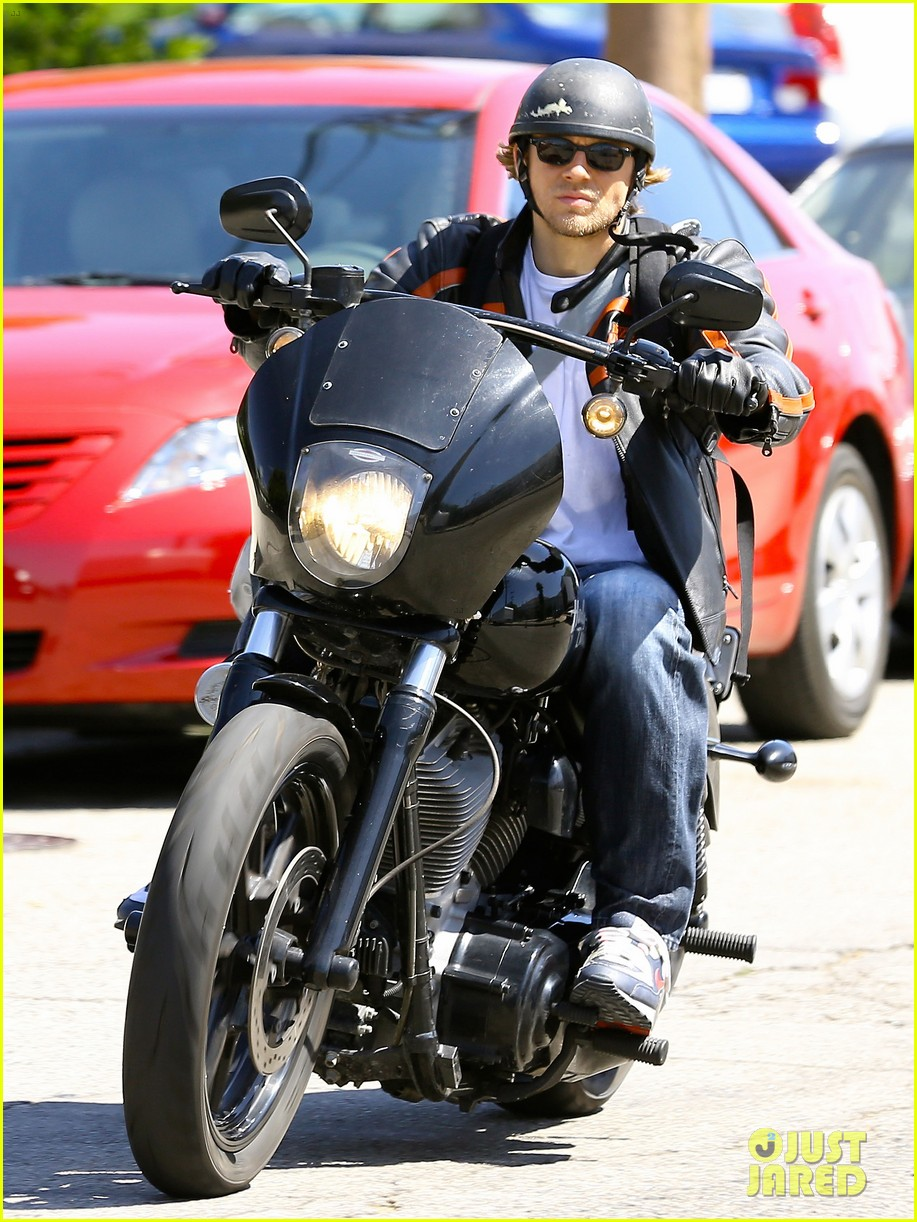 charlie hunnam arrives to sons of anarchy set on motorcycle 013128539