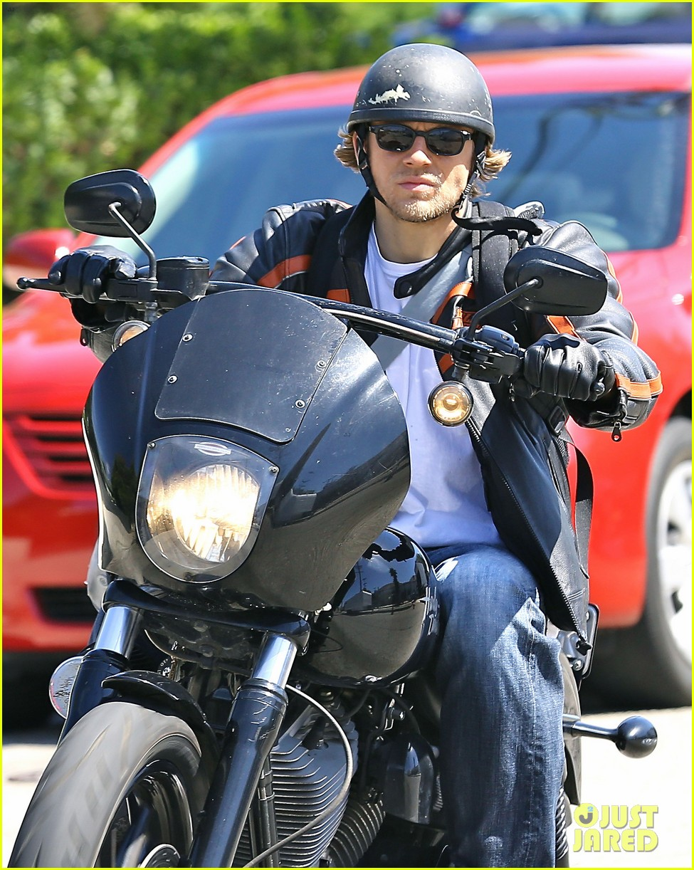 charlie hunnam arrives to sons of anarchy set on motorcycle 043128542