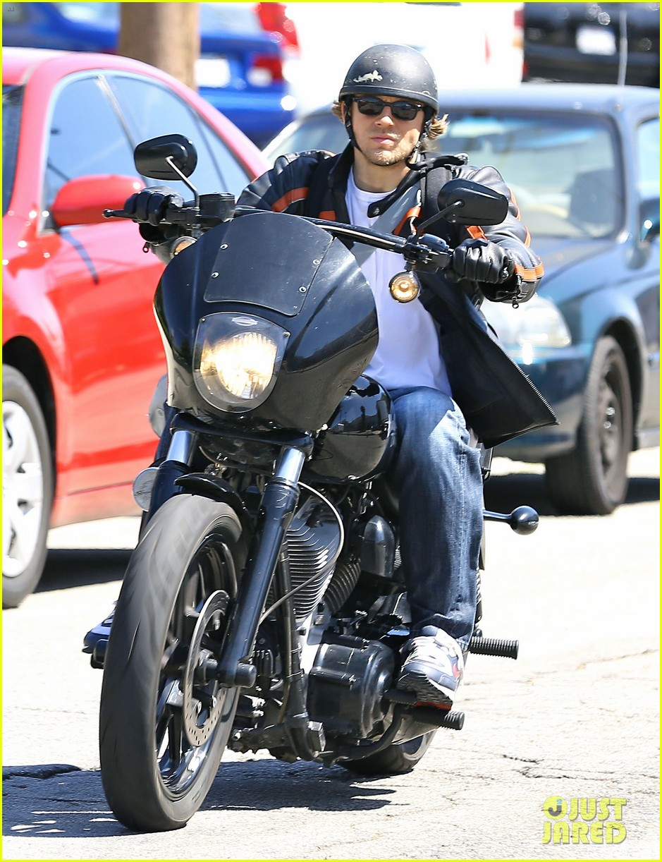 charlie hunnam arrives to sons of anarchy set on motorcycle 103128548