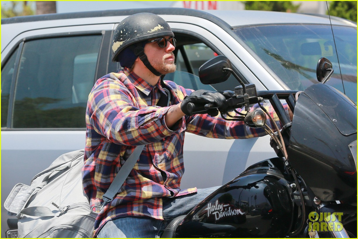 charlie hunnam sons of anarchy cast back filming sharing new pics 01