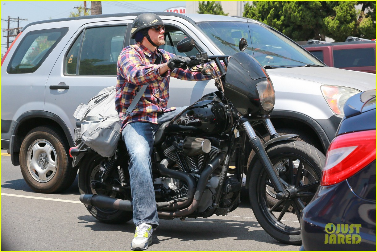 charlie hunnam sons of anarchy cast back filming sharing new pics 033144146