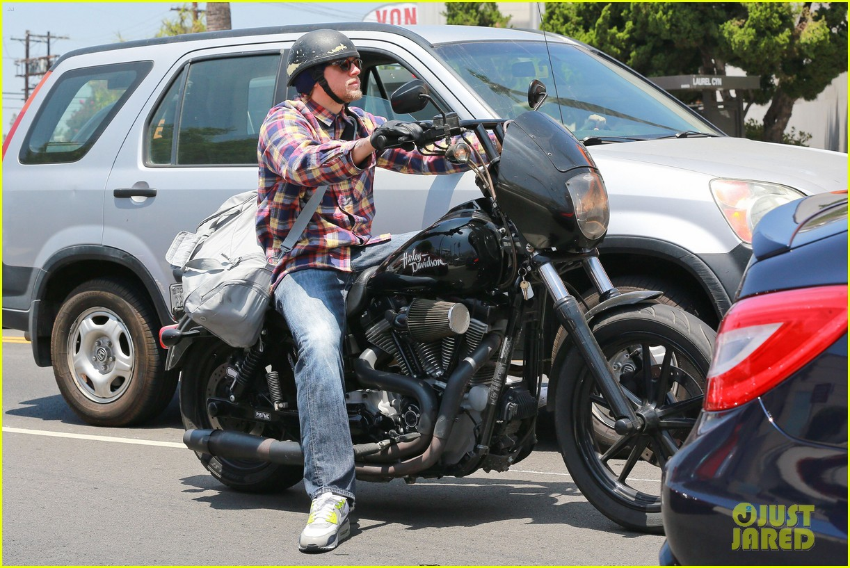 charlie hunnam sons of anarchy cast back filming sharing new pics 093144152