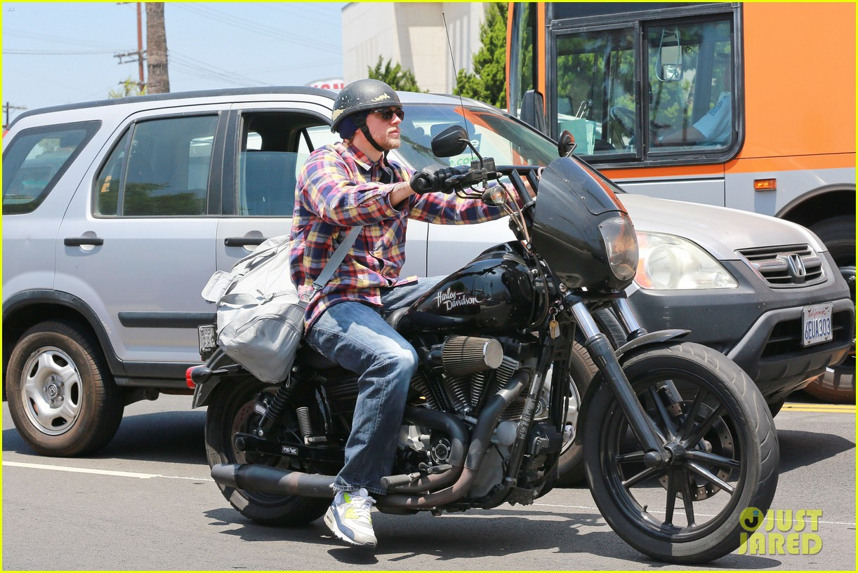 charlie hunnam sons of anarchy cast back filming sharing new pics 133144156