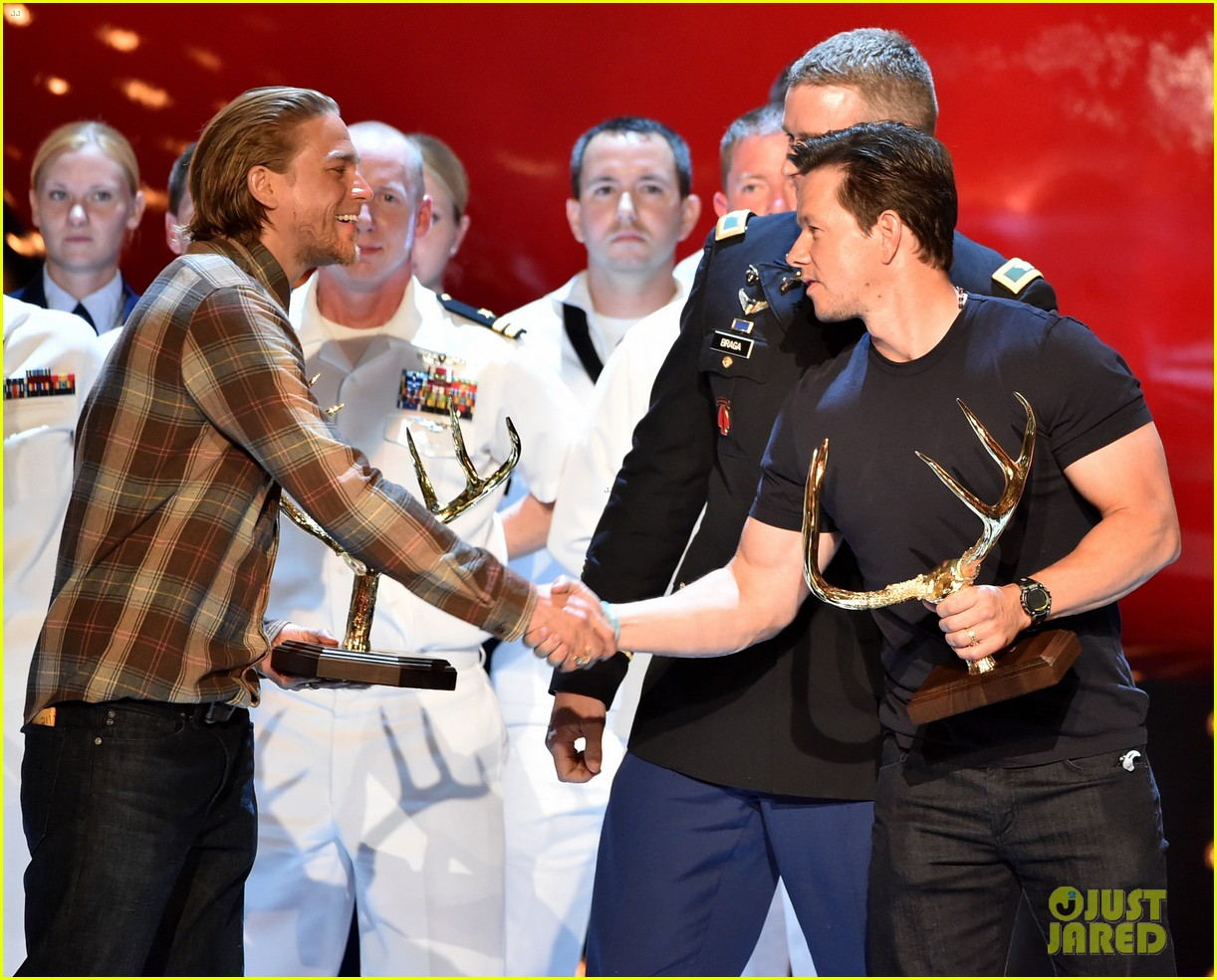charlie hunnam mark wahlberg guys choice awards 2014 153130885