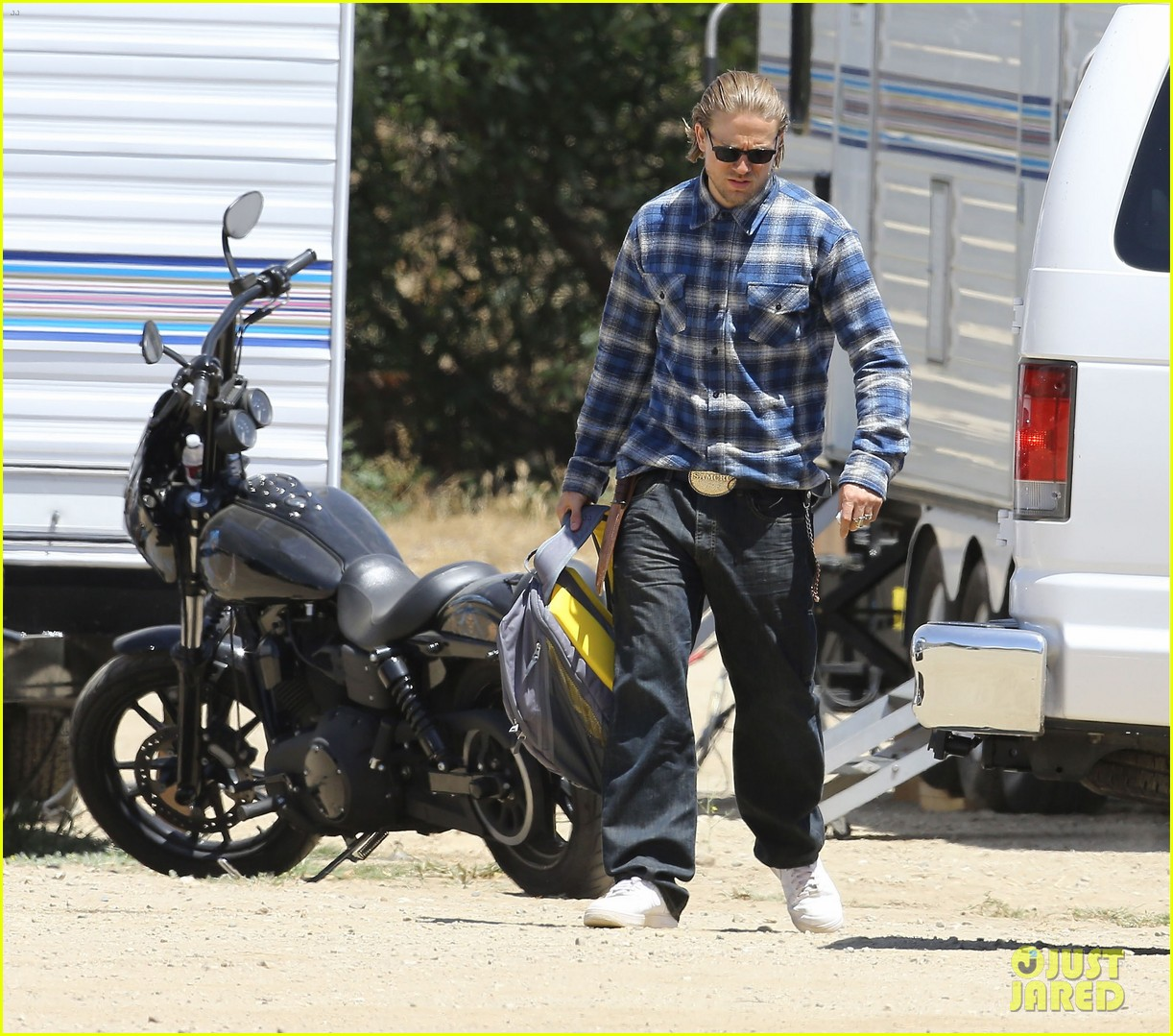 charlie hunnam pacific rim 2 might happen 053137370