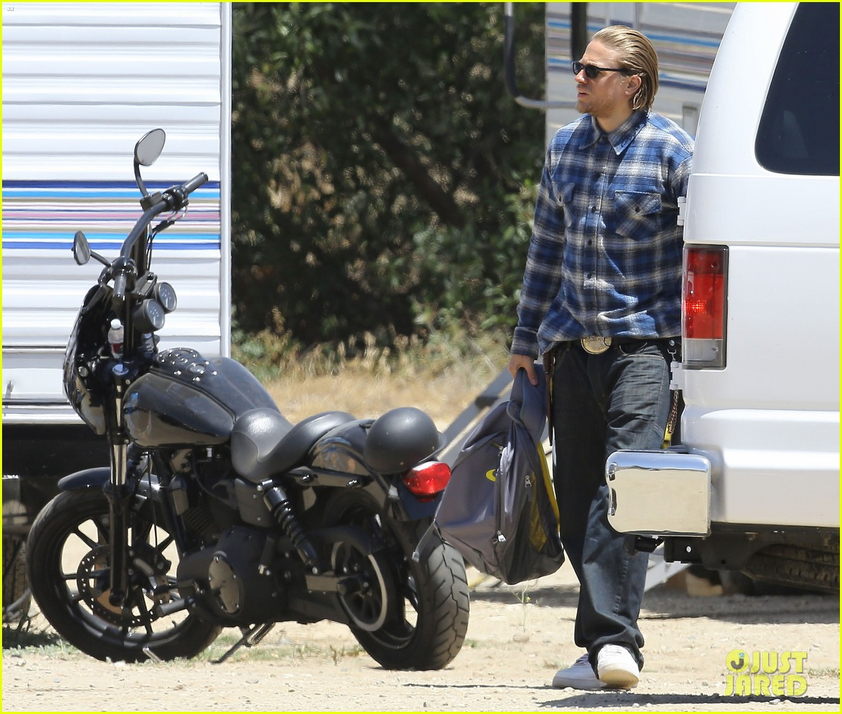 charlie hunnam pacific rim 2 might happen 063137371