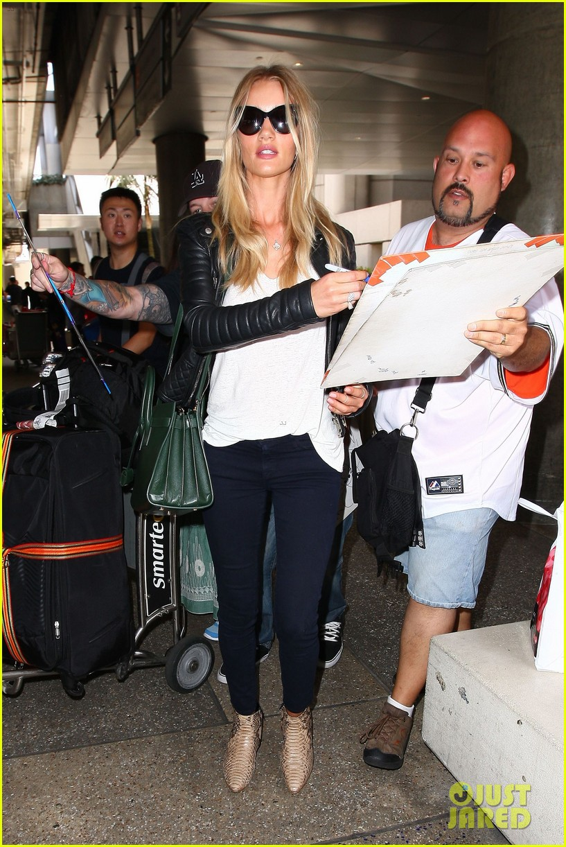 rosie huntington whiteley gives blessing to nicola peltz 063144250