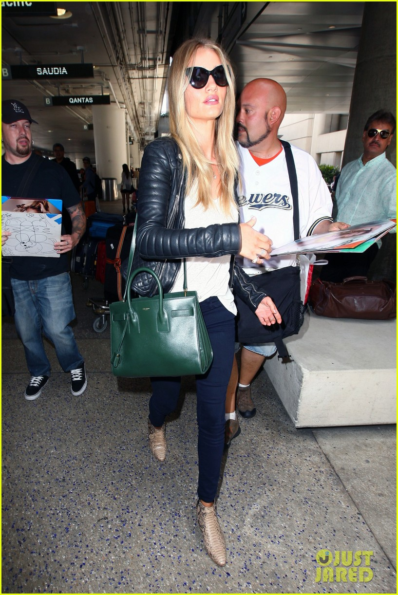 rosie huntington whiteley gives blessing to nicola peltz 153144259