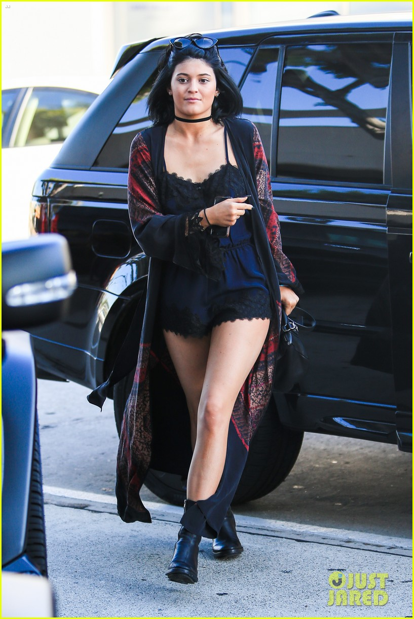 kylie jenner up close personal with mystery guy 053135174
