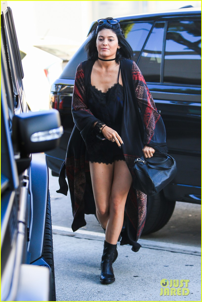 kylie jenner up close personal with mystery guy 193135188