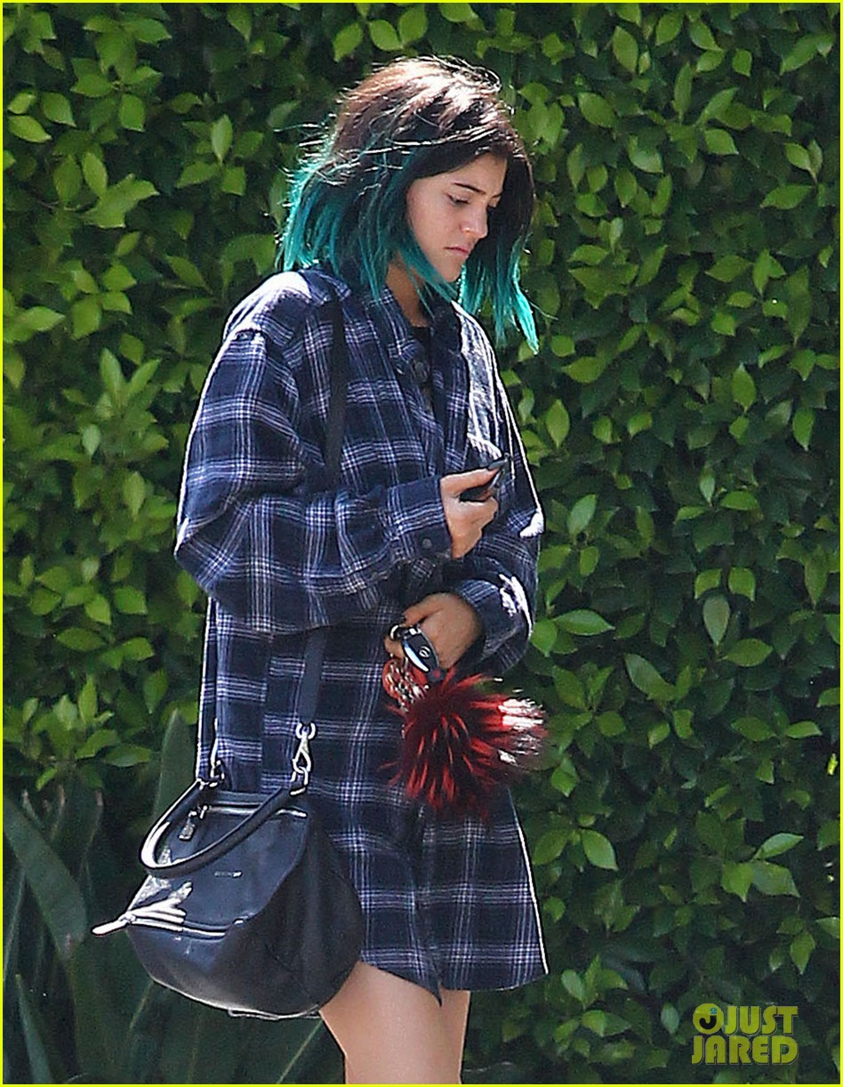 kylie jenner up close personal with mystery guy 223135191