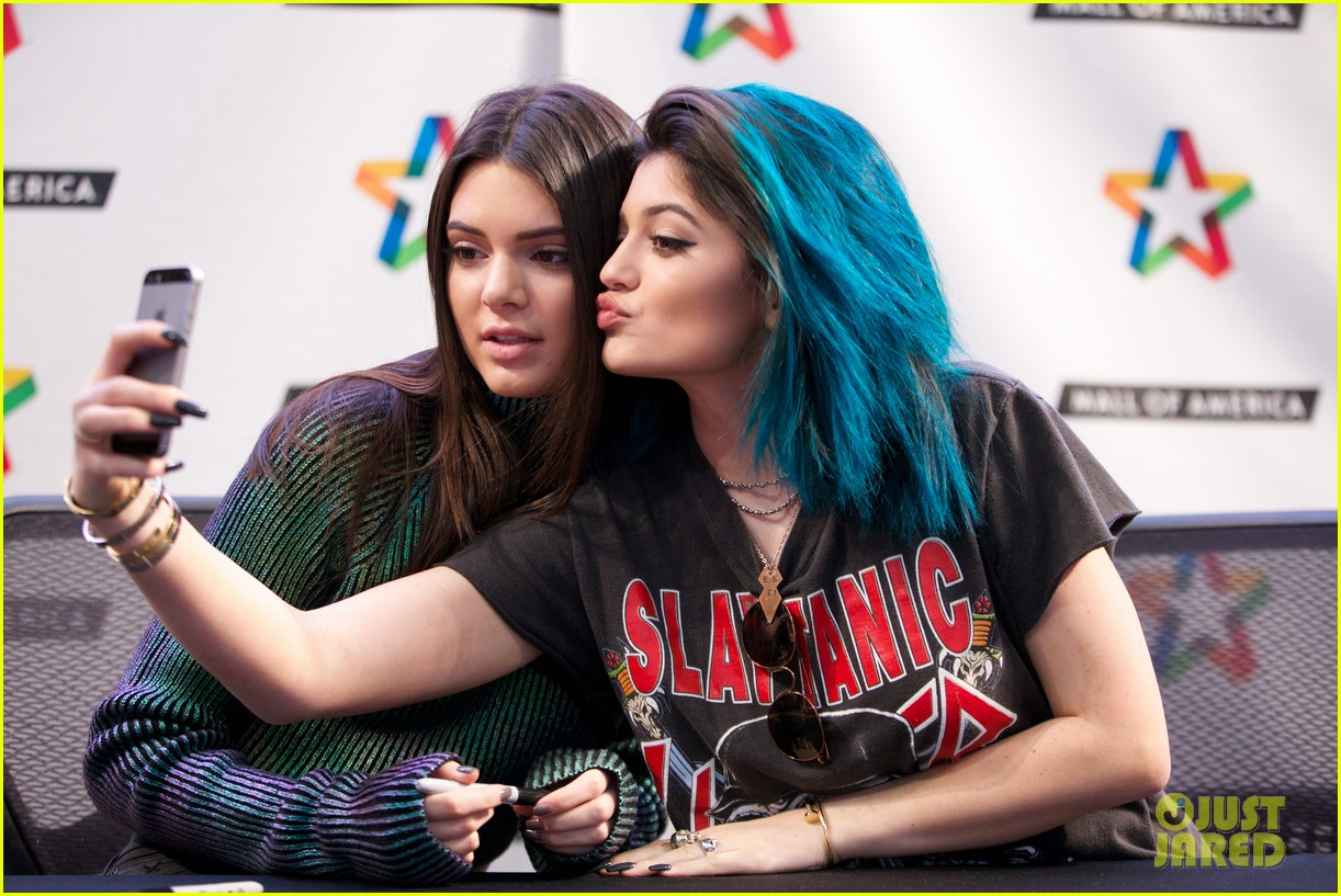 kendall kylie jenner book tour mall of america selfie 023130387