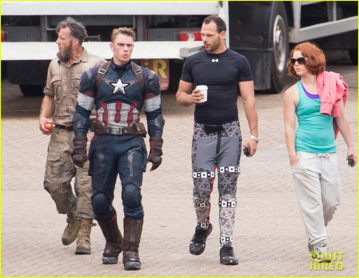 http://cdn01.cdn.justjared.com/wp-content/uploads/2014/06/johnson-doubles/aaron-taylor-johnson-elizabeth-olsen-avengers-stunt-doubles-13.jpg