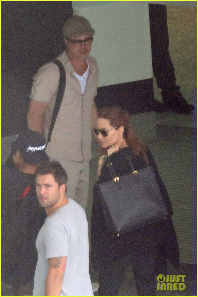 angelina jolie brad pitt catch flight out of london 013135495