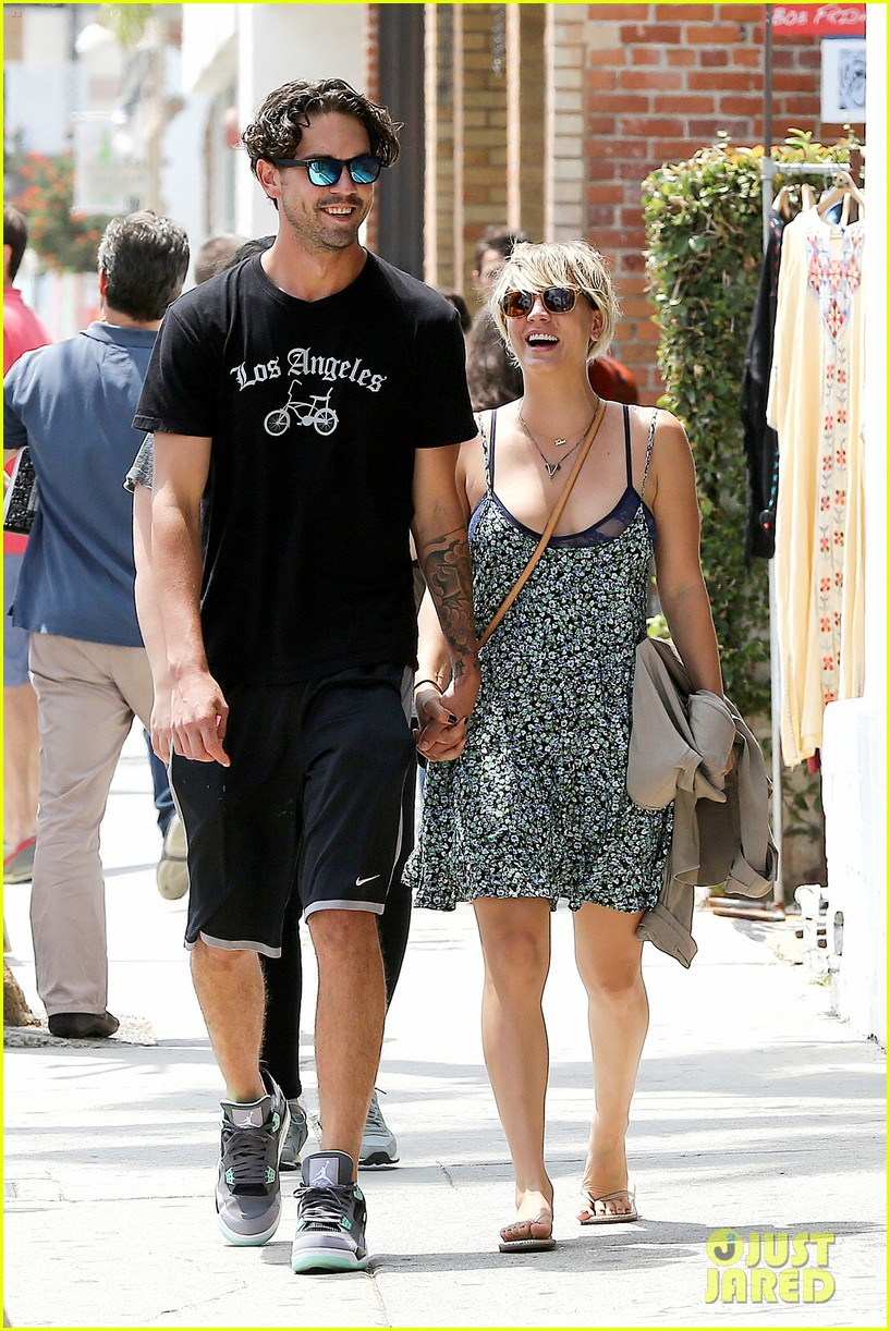 kaley cuoco wears crop tops now wont be able to when shes pregnant 023143994