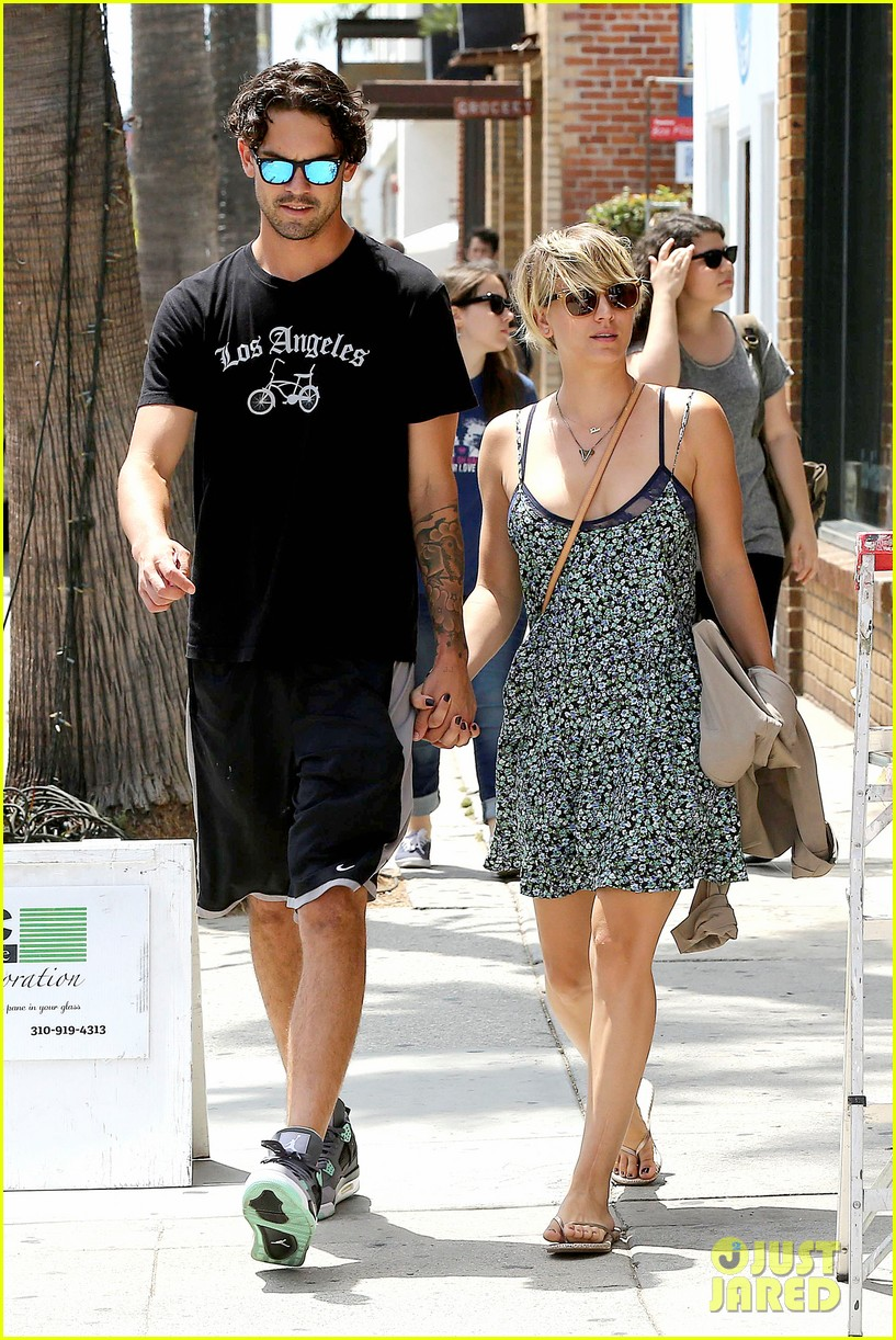 kaley cuoco wears crop tops now wont be able to when shes pregnant 073143999
