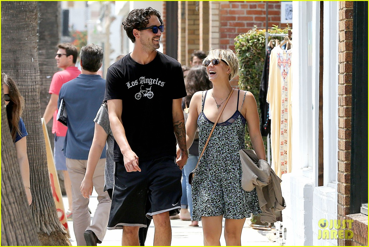 kaley cuoco wears crop tops now wont be able to when shes pregnant 083144000