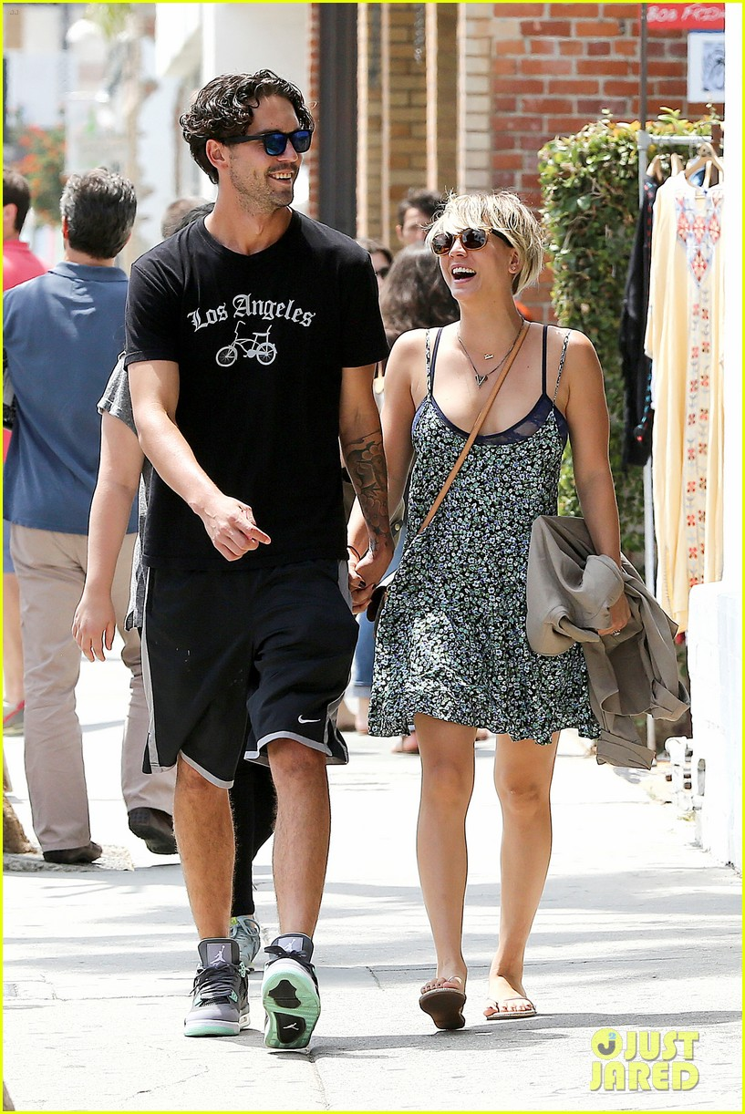 kaley cuoco wears crop tops now wont be able to when shes pregnant 093144001