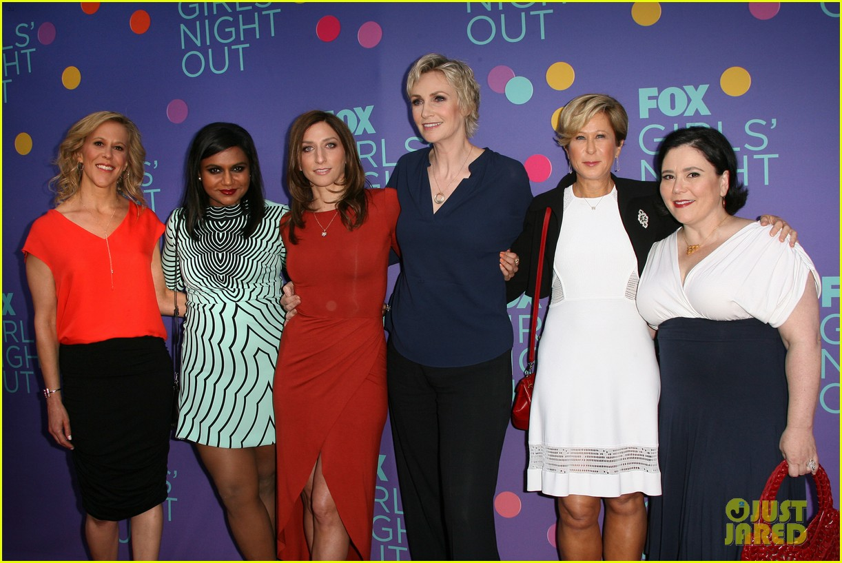 mindy kaling shows some leg at foxs girls night out 03