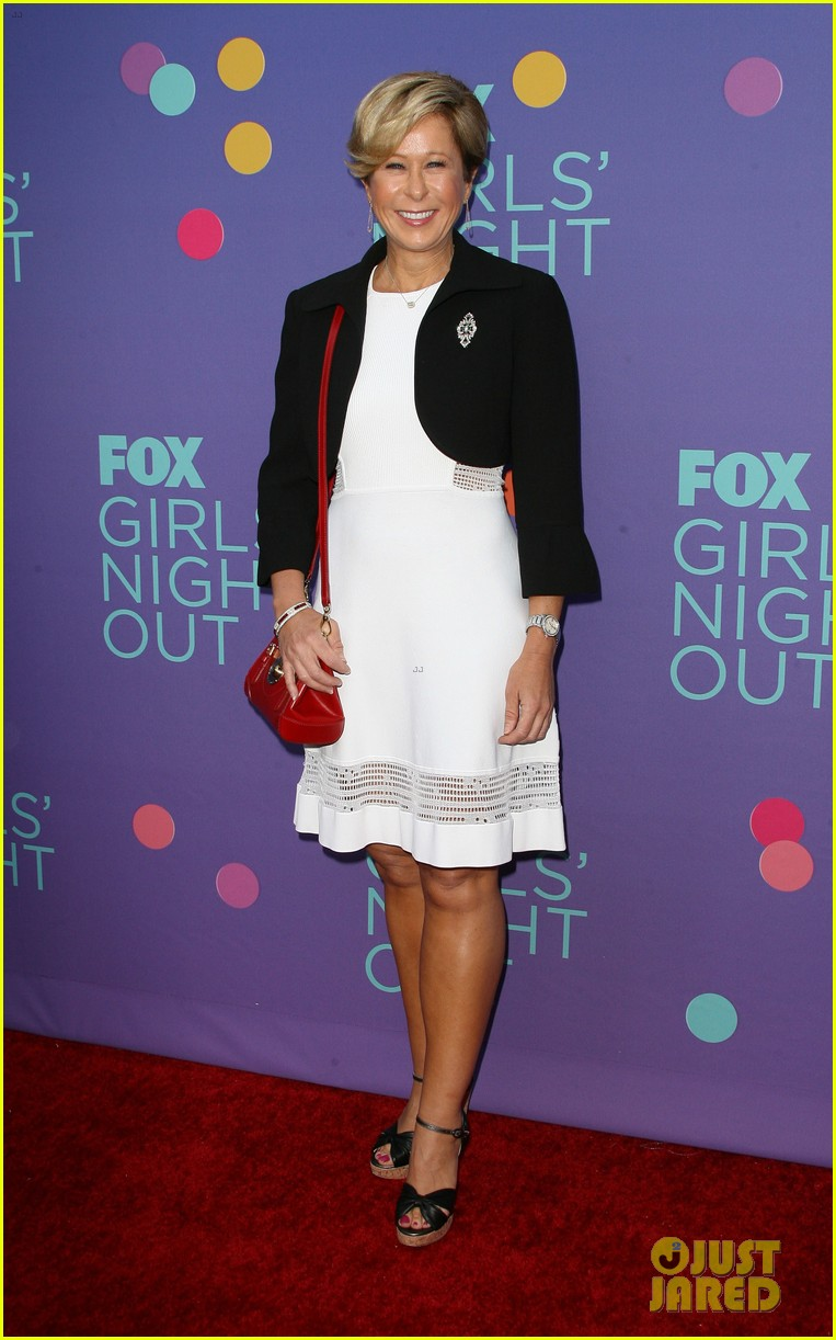 mindy kaling shows some leg at foxs girls night out 143132427