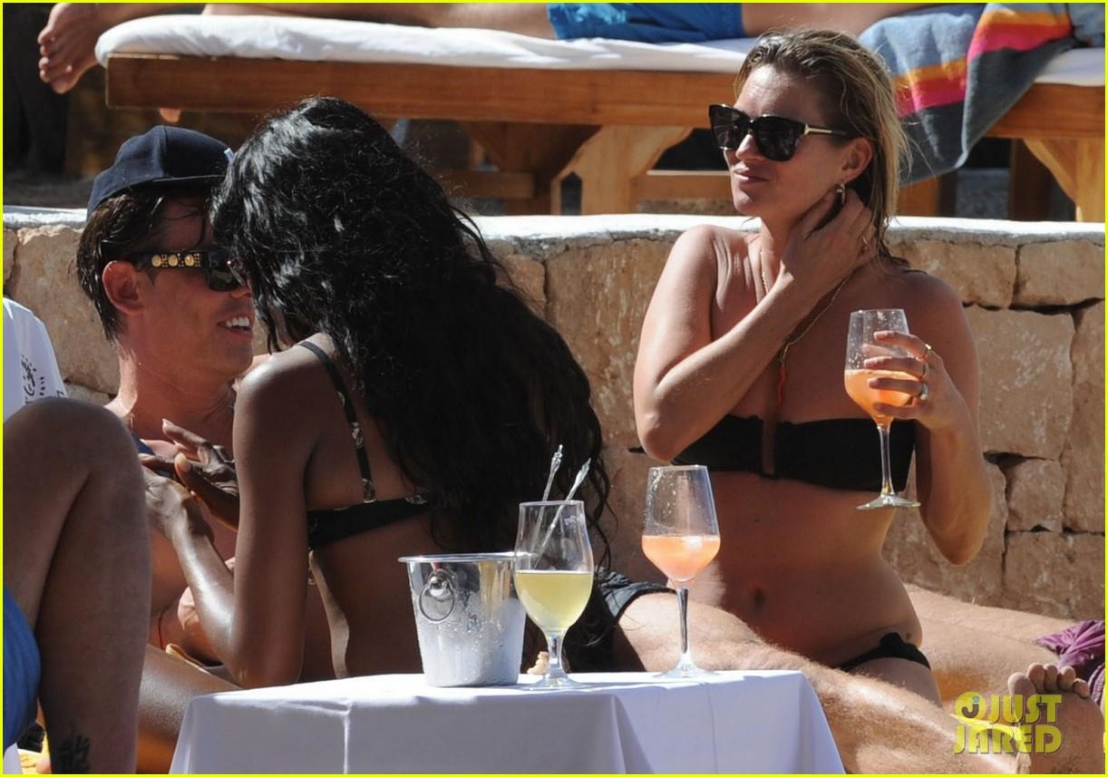 kate moss bikini bod soaking sun ibiza 16