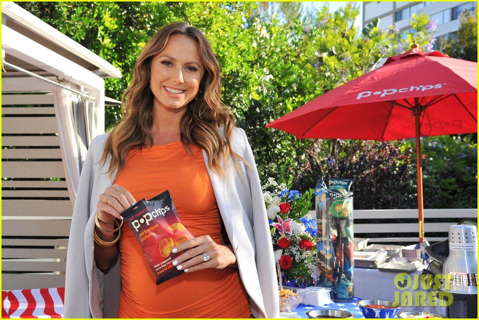 stacy keibler glams up and dresses down baby bump 023138161