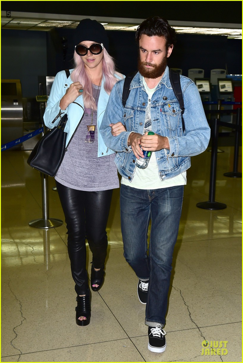 kesha brad ashenfelter inseparable at lax airport 033127164