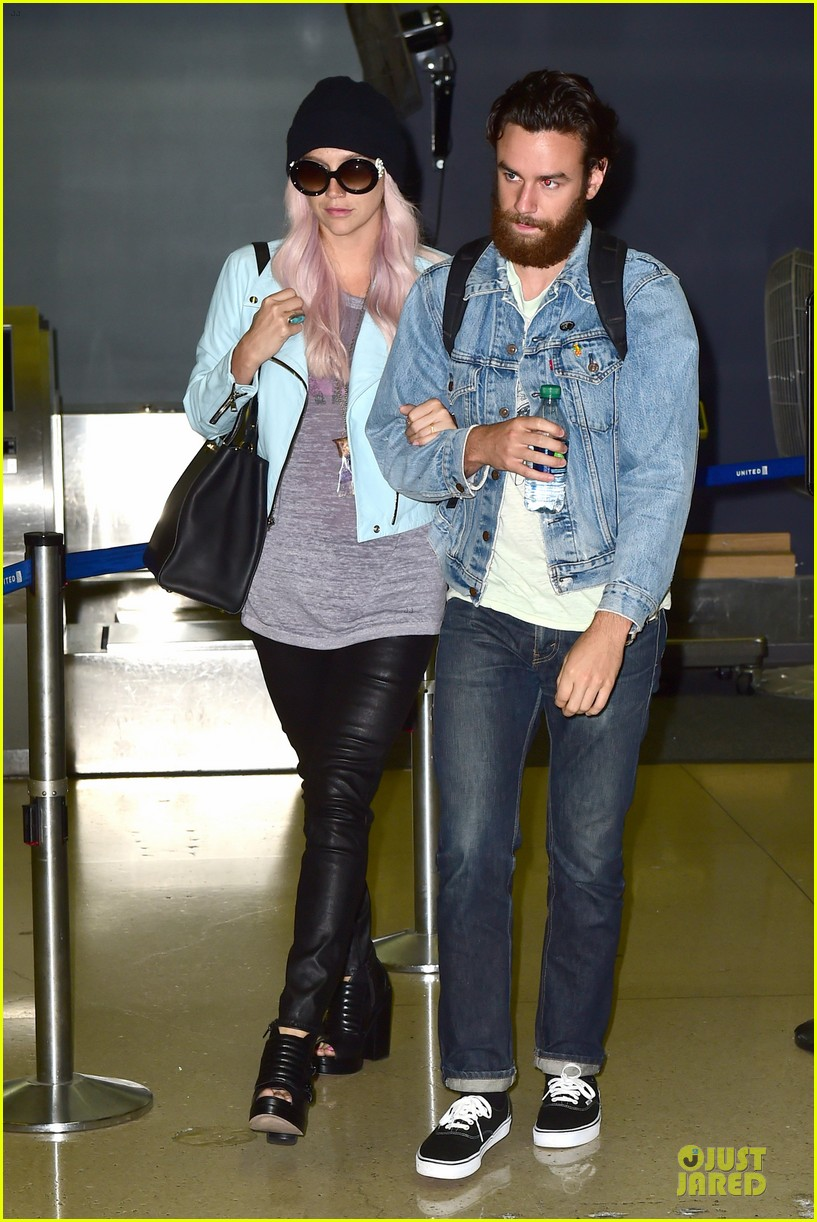 kesha brad ashenfelter inseparable at lax airport 043127165