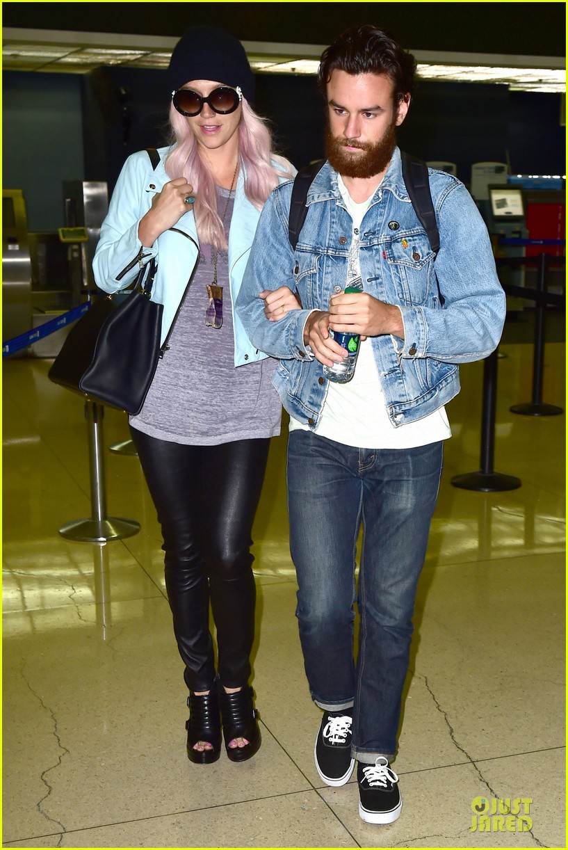 kesha brad ashenfelter inseparable at lax airport 05