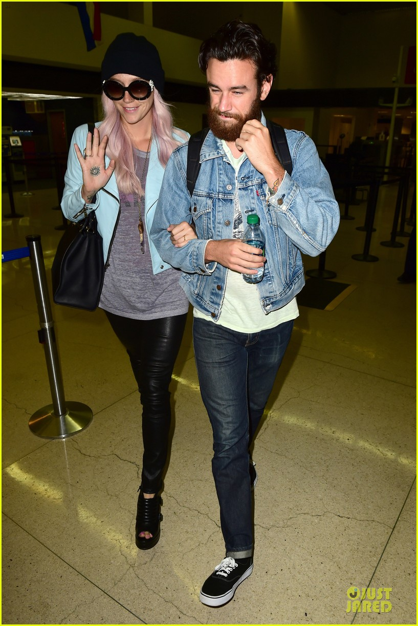 kesha brad ashenfelter inseparable at lax airport 083127169