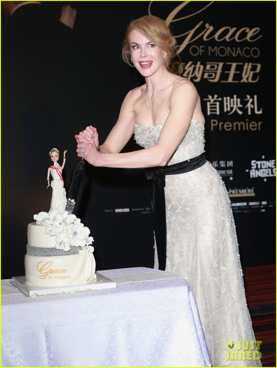 nicole kidman cuts grace of monaco cake in shanghai 083136354